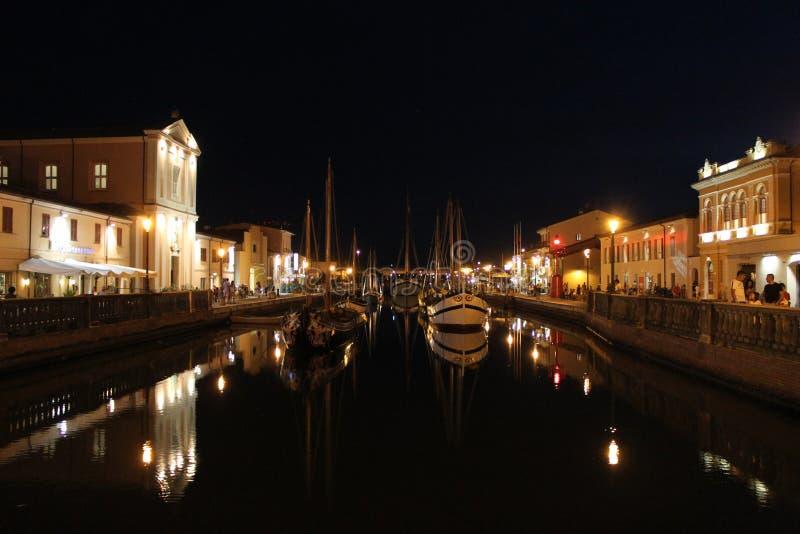 italy Emilia-Romagna Cesenatico Kanal med skeppet på horisontalsikt för svart himmelbakgrund natt arkivfoto