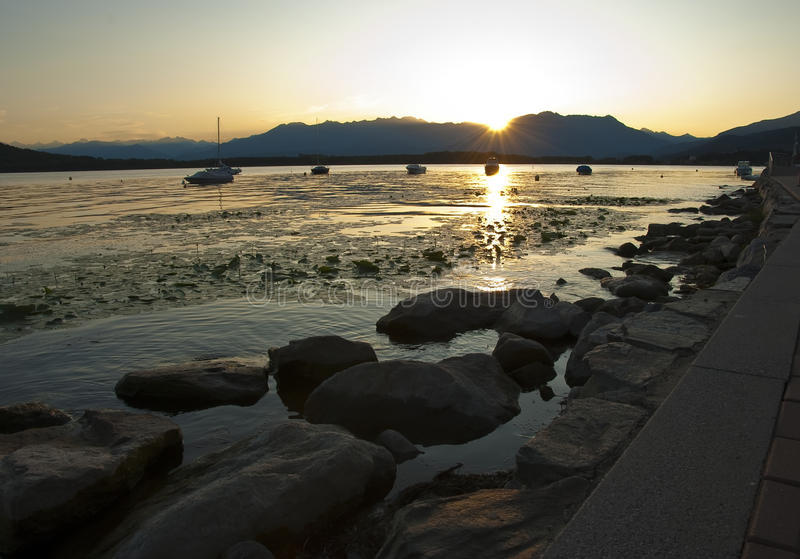 italy lake över solnedgångviverone royaltyfri foto