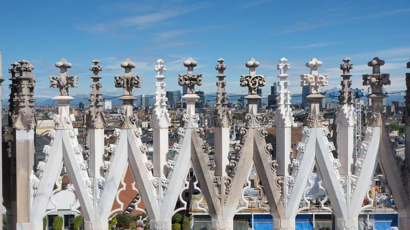 italy milano Tornspirorna av vit marmor som smyckar den hela domkyrkan Blandning av tornspiror som tack vare göras ren från föror arkivfoton