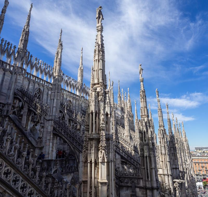 italy milano Tornspirorna av vit marmor som smyckar den hela domkyrkan r arkivfoto