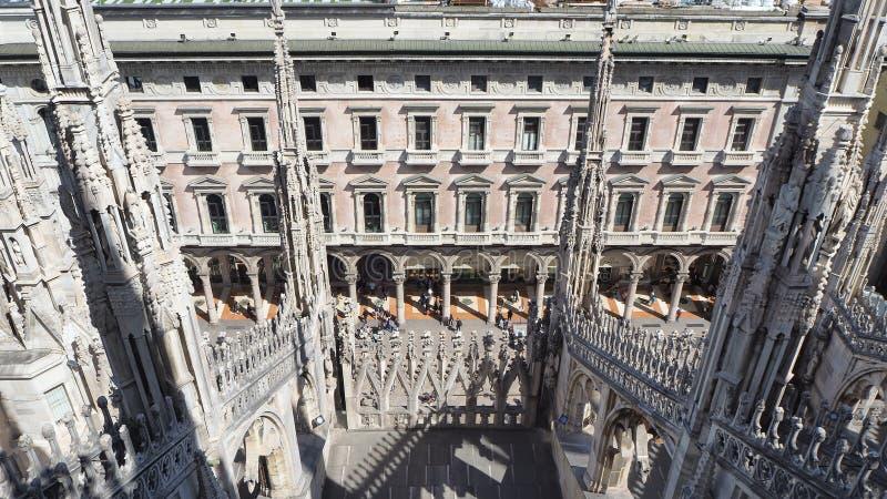 italy milano Tornspirorna av vit marmor som smyckar den hela domkyrkan r royaltyfria bilder