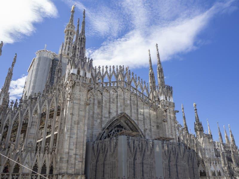 italy milano Tornspirorna av vit marmor som smyckar den hela domkyrkan r arkivfoton