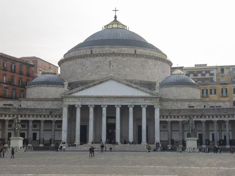italy napoli Landskap på den berömda fyrkantiga Piazza del Plebiscito royaltyfri fotografi