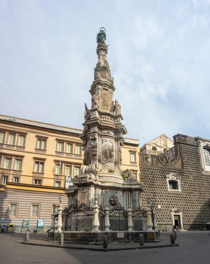 italy napoli Sikt av den berömda fyrkantiga Piazza del Gesen Nuovo arkivbild