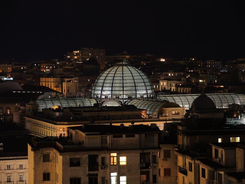 italy napoli Underbart landskap på staden och dess områden på natten arkivbild