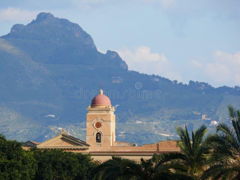 italy Palermo Sicily 11/04/2010 Dzwonkowy wierza i kościół z m zdjęcia royalty free