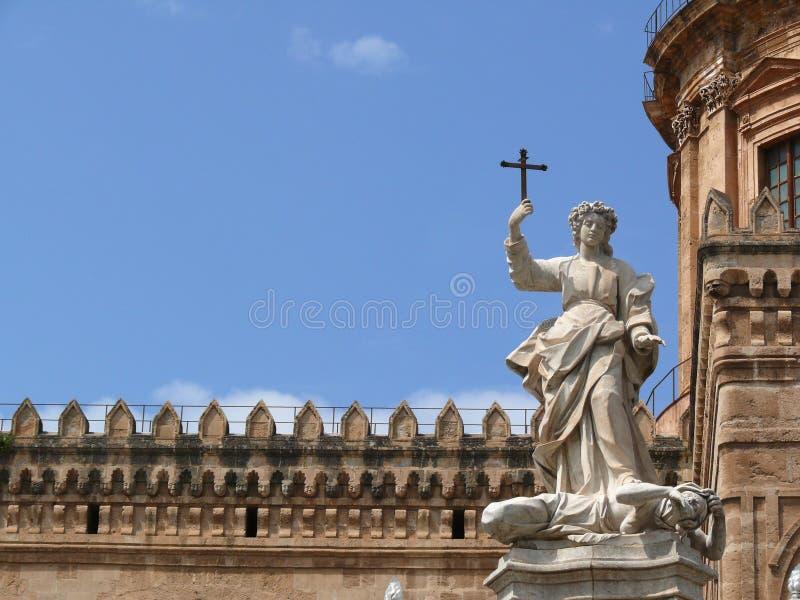 italy palermo sicily E Skulpturer i vit marmorerar a fotografering för bildbyråer