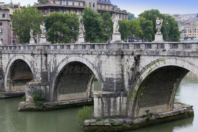italy rome Bron med skulpturer över floden Tiber som rockerar helgonet Angelo fotografering för bildbyråer