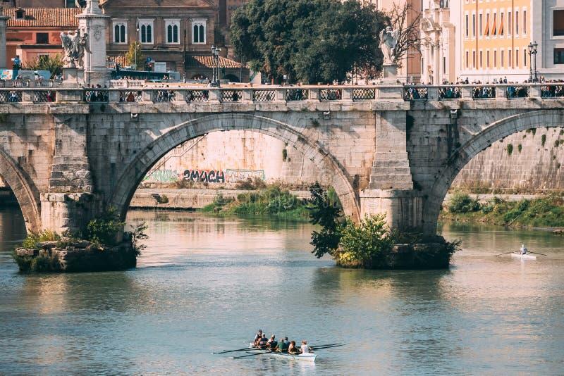 italy rome Grupp människorutbildning på kajaken Sightfartyg som svävar nära den Aelian bron Turnera det Touristic fartyget arkivfoto