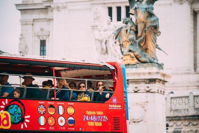 italy rome Turister i röd flygtur på flygtur av den Touristic bussen för sight i gata nära altaret av fäderneslandet på royaltyfri foto