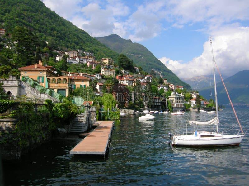 Italy See como Landhäuser und Yacht lizenzfreies stockfoto