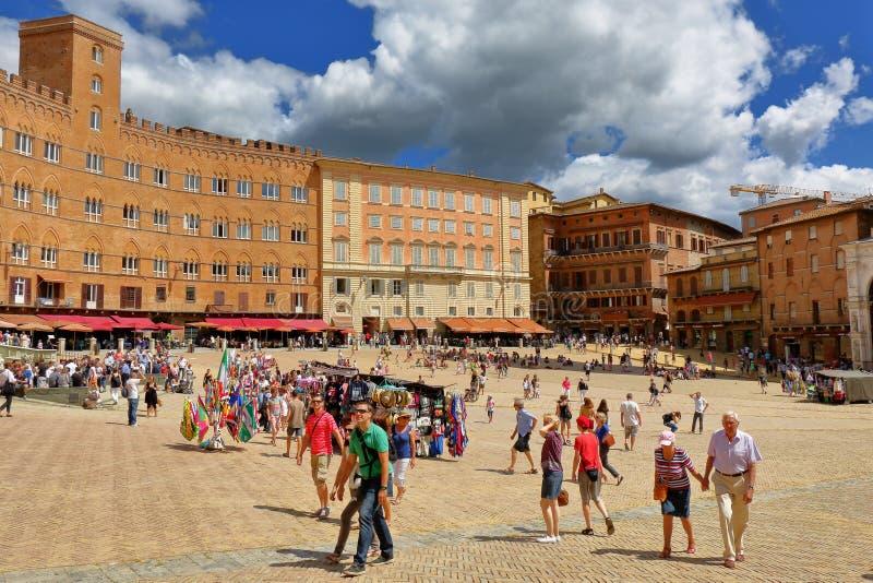 italy siena Turister går på Piazza del Campo royaltyfri bild