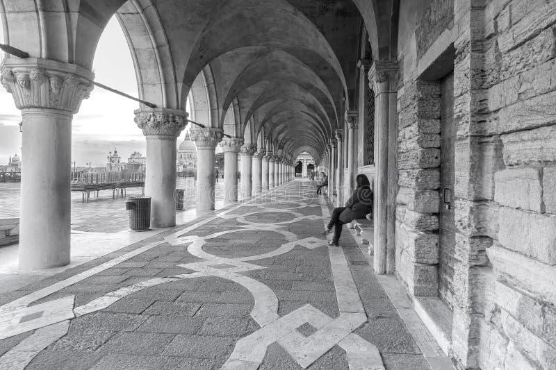 italy venice Kolonnad av slotten f?r doge` s i Venedig royaltyfria bilder