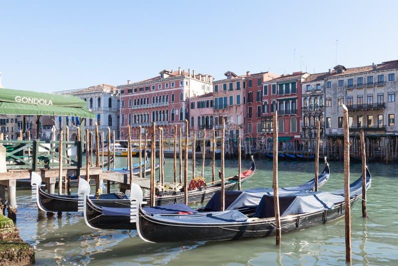 italy venice Rad av gondoler som förtöjas på Grand Canal arkivbild
