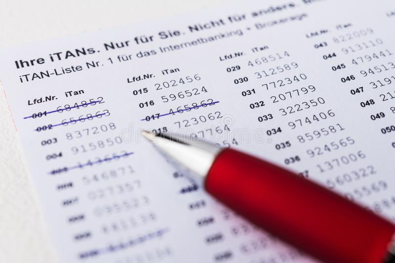 ITan-Liste mit Stift- und Computertastatur stockfoto