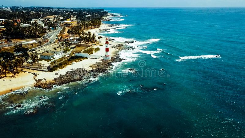 Itapua latarni morskiej farol da Ponta De Itapua także znać jako Północny opiekun Todos os Santos zatoka w Salvador, Brazylia obrazy stock