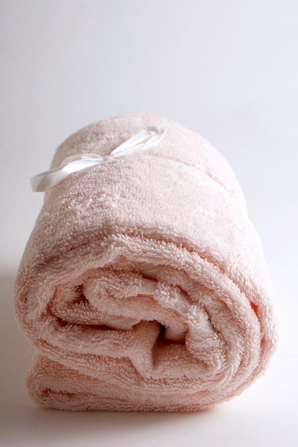 Items del baño - toalla rosada aislada foto de archivo