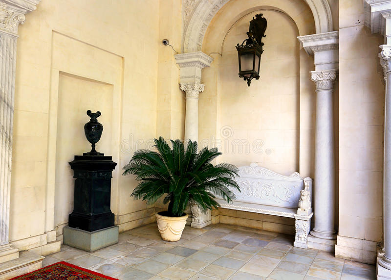 Iterior du palais blanc avec la voûte et le palmier photographie stock libre de droits