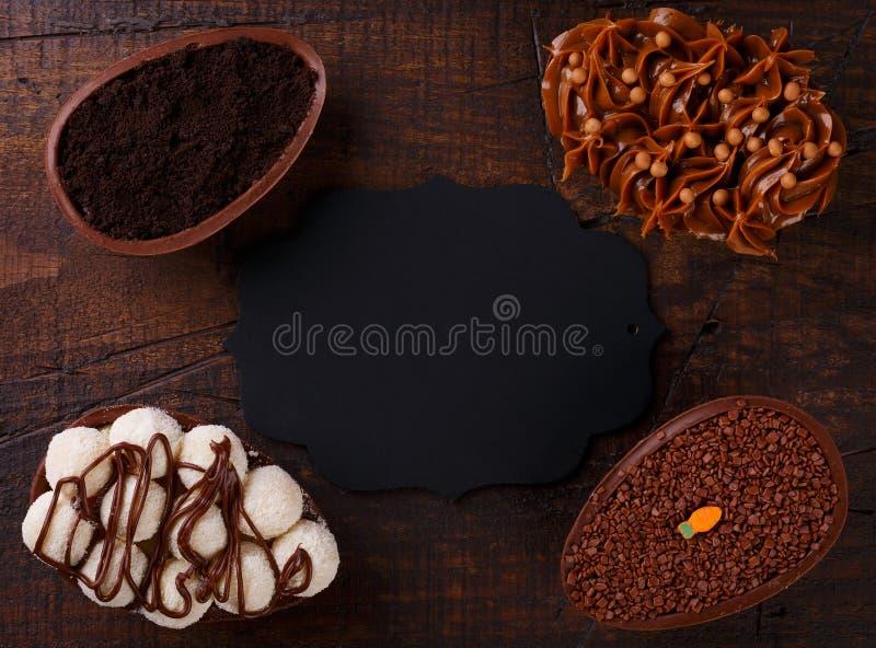 Ith d'oeufs de chocolat remplissant pour Pâques sur le fond en bois images stock