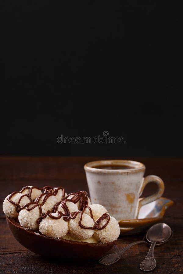 Ith d'oeufs de chocolat remplissant pour Pâques sur le fond en bois photo stock