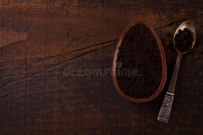 Ith d'oeufs de chocolat remplissant pour Pâques sur le fond en bois image stock
