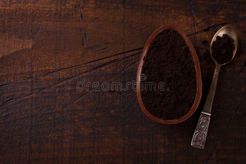 Ith dell'uovo di cioccolato che riempie per Pasqua su fondo di legno immagine stock