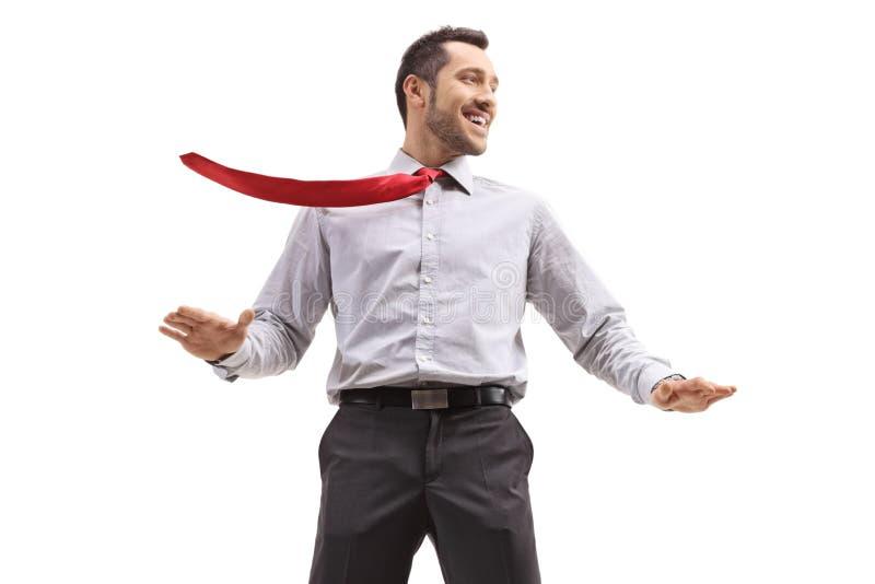 Ith joven alegre del hombre de negocios su lazo soplado por el viento imagenes de archivo