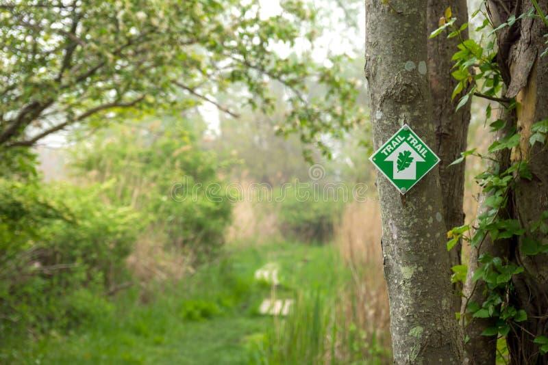 Itinéraire aménagé pour amateurs de la nature boisé avec le marqueur image stock