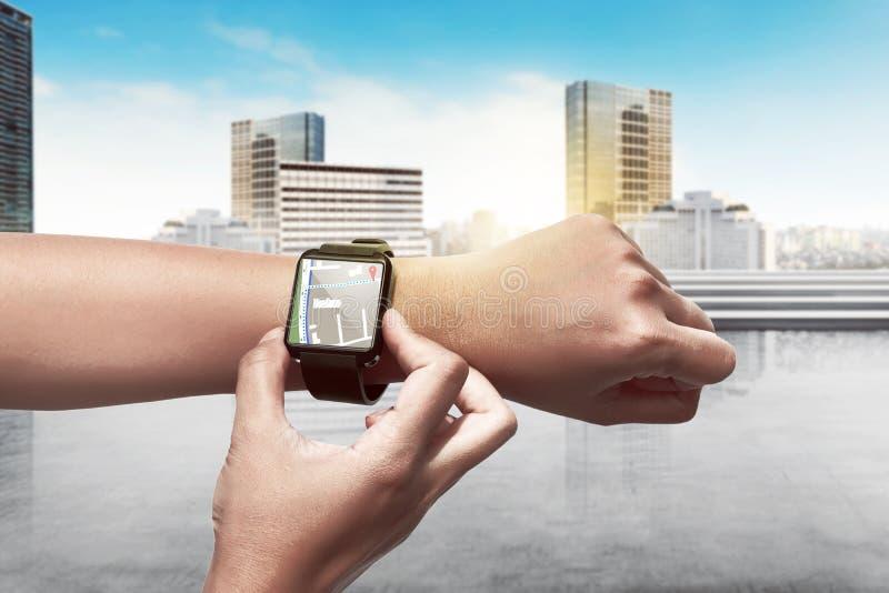 Itinéraire d'arrangement de main pour GPS sur la montre intelligente images stock