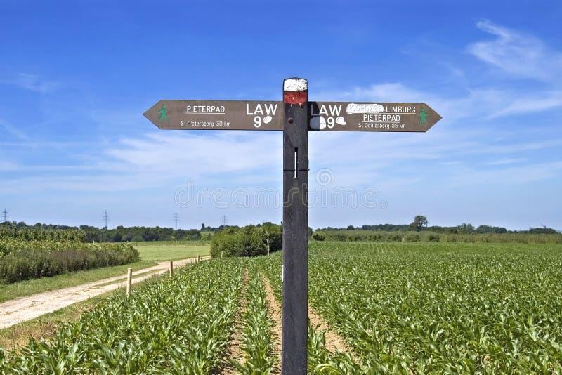 Itinéraire de marche de Pieterpad de signal de direction dans la campagne photographie stock libre de droits