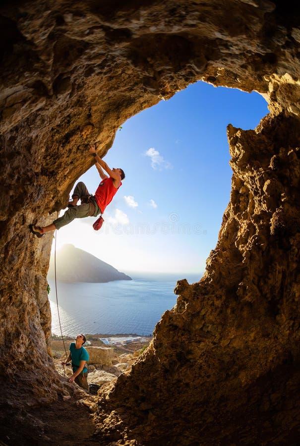 Itinéraire provocant de grimpeurs de roche en caverne photo stock