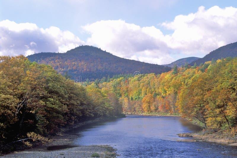 Itinéraire scénique sur l'itinéraire 16, au nord de Gorham, NH en automne image libre de droits