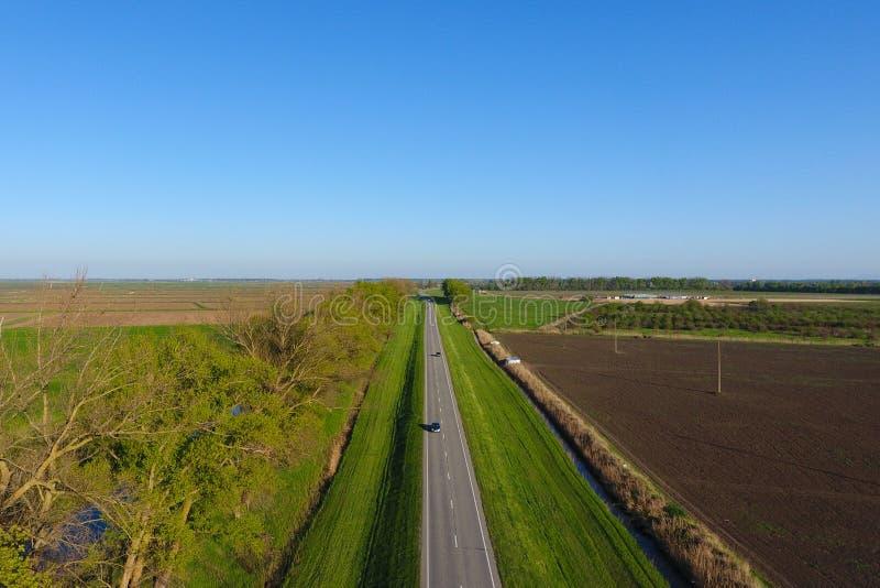 Itin?raire de route Une vue de ci-dessus sur une route ? deux voies dans une zone rurale photos libres de droits