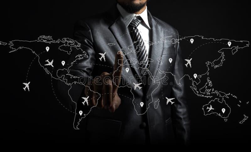 Itinerari dell'aeroplano e dell'uomo d'affari sulla mappa di mondo fotografie stock libere da diritti