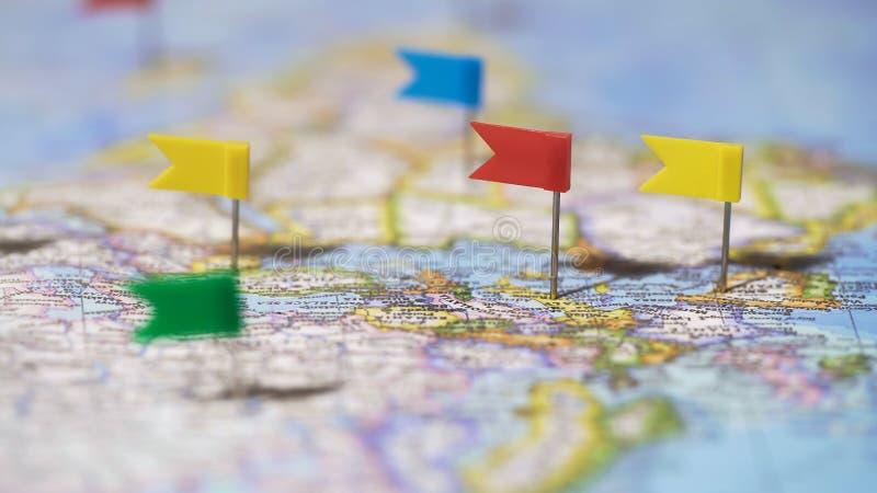 Itinerario di giro del mondo segnato con i perni sulla mappa, destinazioni di viaggio, stile di vita attivo fotografia stock libera da diritti