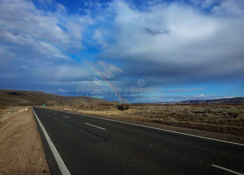 Itinerario, steppa e cielo infinito con gli arcobaleni nella Patagonia Argentina immagine stock libera da diritti