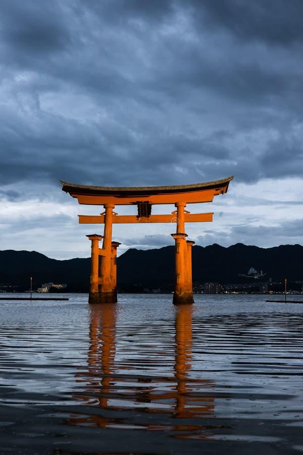 Itsukushima świątynia przy półmrokiem zdjęcie royalty free
