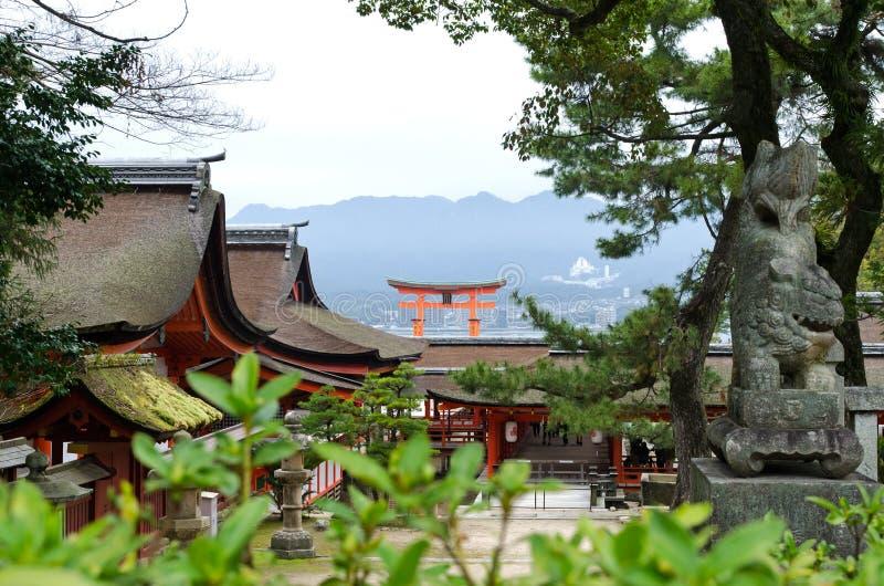 Itsukushima relikskrin och den berömda storslagna toriien av Miyajima royaltyfria bilder