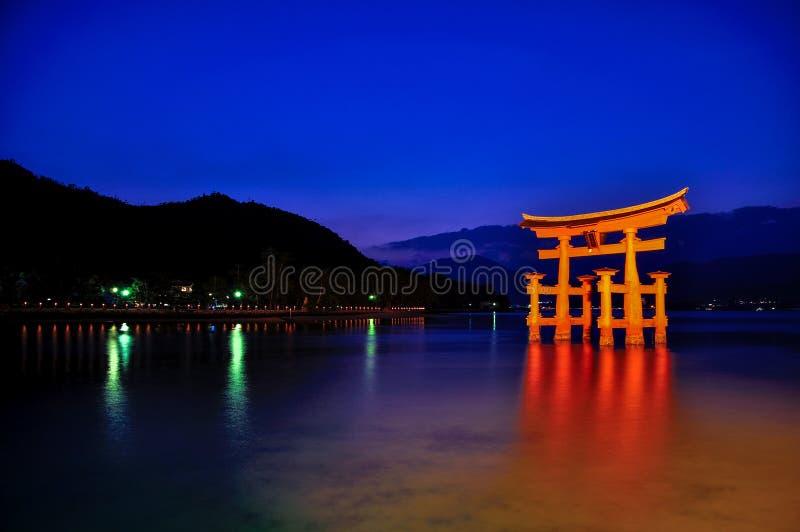 Itsukushima-Schrein geleuchtet nachts stockbilder