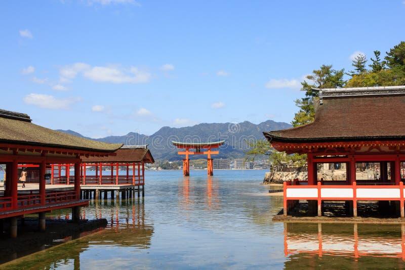 Itsukushima-Schrein mit dem berühmten sich hin- und herbewegenden Torii-Tor stockbild