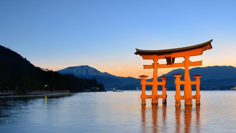 Itsukushima Torii port i Miyajima, Japan arkivbild