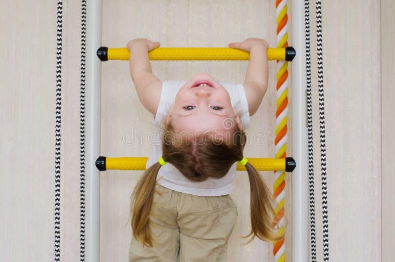 Ittle女孩在台阶垂悬 免版税库存照片