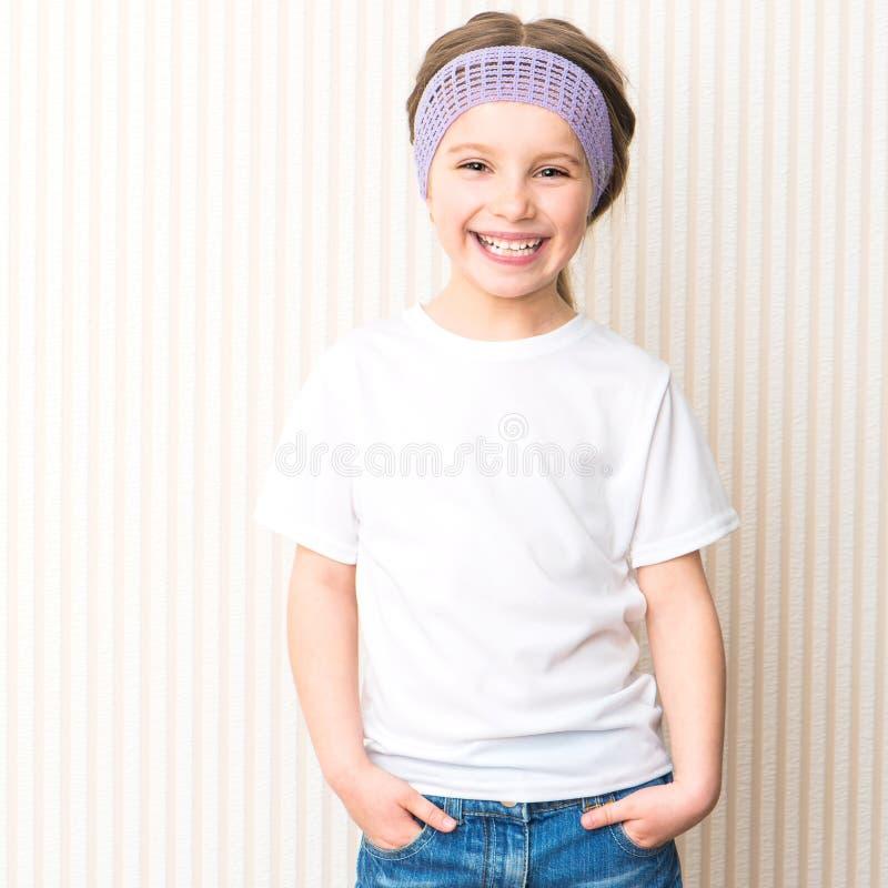 Ittle flicka i den vita t-skjortan royaltyfri foto