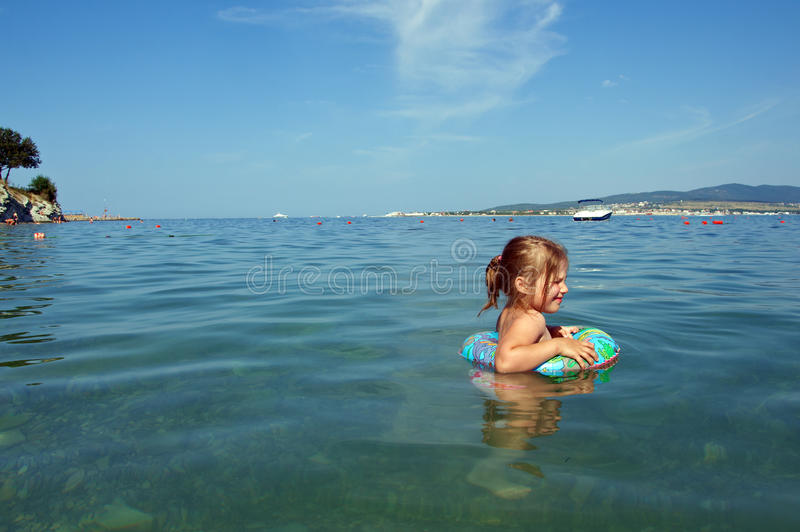Ittle flicka på stranden arkivbild
