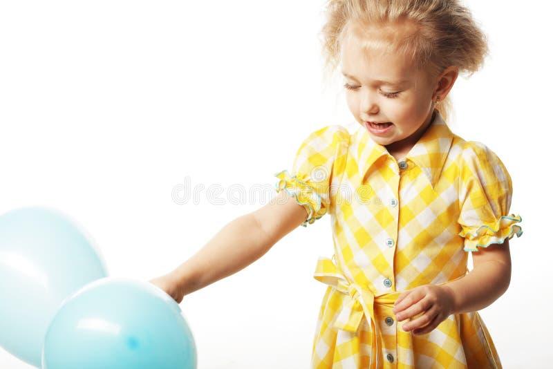 Ittle-Mädchen mit blauen Ballonen lizenzfreies stockfoto