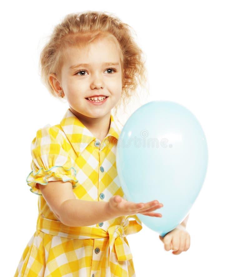 Ittle-Mädchen mit blauen Ballonen stockfoto