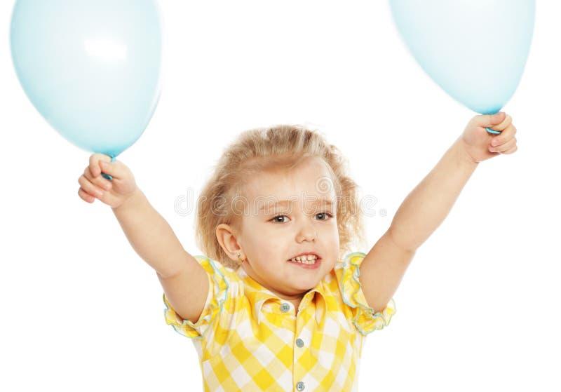 Ittle-Mädchen mit blauen Ballonen stockfotografie