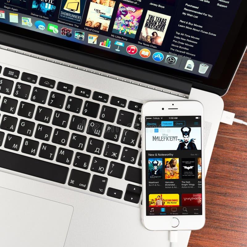ITunes en la exhibición del dispositivo del iPhone 6 de Apple imagenes de archivo