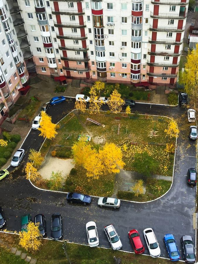 Ityscape  осени Ñ двора с спортивной площадкой ` s детей и припаркованными автомобилями стоковые изображения rf