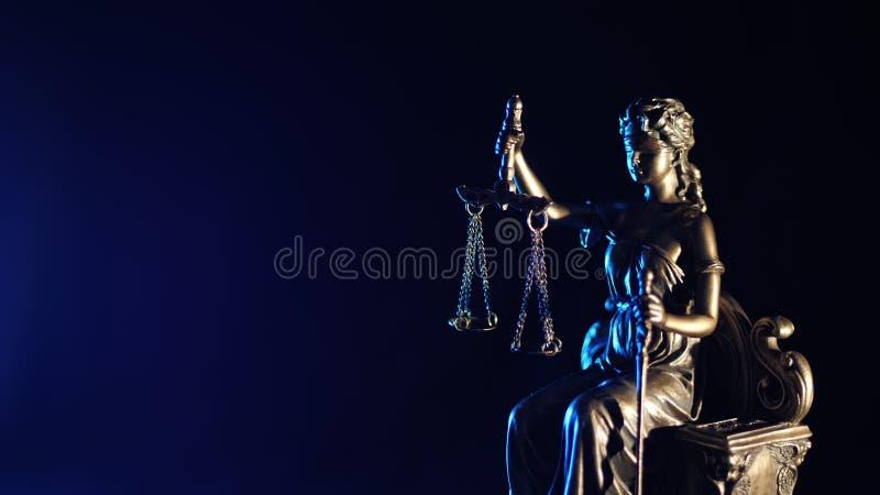 Статуя правосудия - темно-синей предпосылки стоковые изображения
